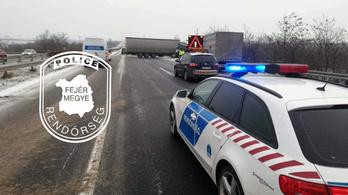 Kisodródott egy kamion az M7-esen