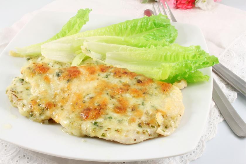 Zöldfűszeres, sajtos csirkemell: 10 perc munka sincs vele, a többi már a sütő dolga
