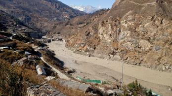 Túlélőket keresnek az észak-indiai gleccserszakadás miatt beomlott alagútnál