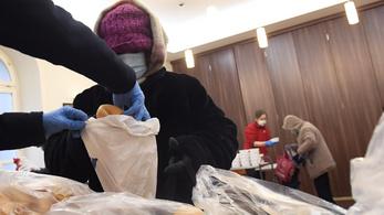 Vitaminokkal és meleg étellel segítik a hajléktalanokat a rendkívüli hidegben