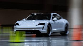 Sebességi rekord Porsche Taycannal – beltérben