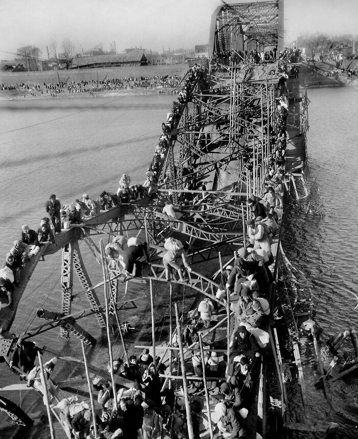 Max Desfor fotós az amerikai élvonalbeli csapatokkal utazott az Észak-Korea és Dél-Korea közötti háború idején. 1950. december 4-én Phenjan körbejárása közben felfigyelt egy bombázott hídra, amelyen több száz háborús menekült próbált átjutni a Tedong-folyó túlsó partjára. Nagyon hideg volt, és Max emlékezett arra, hogy a fagyos hőmérséklet miatt alig tudta megnyomni az exponáló gombot.
