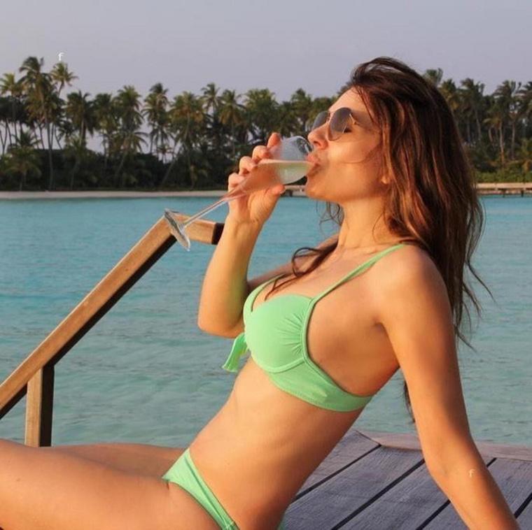 Elizabeth Hurley színésznő-bikinimágnás pár hétig úgy csinált most az Instagramon, mintha vakáción lenne: mindenféle egzotikus helyeken készült képeket-videókat pakolt ki, miközben igazából otthon ült a karanténban