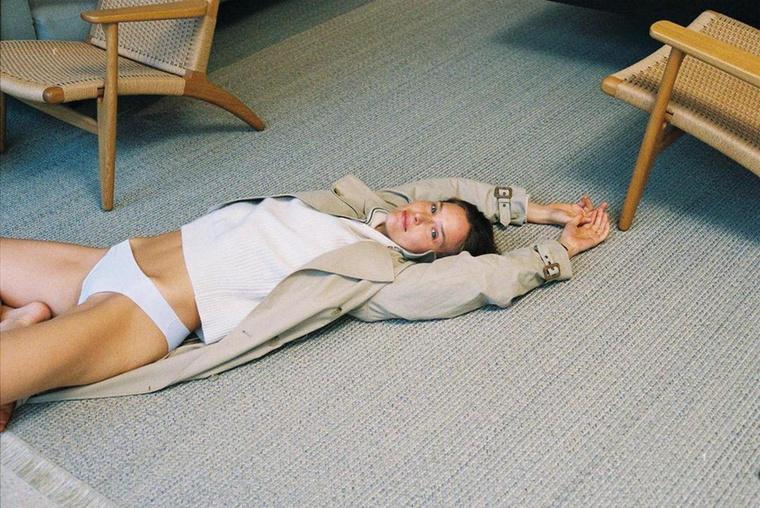 Bar Refaeli bár gyakorlott modell, véletlenül most mégis elfelejtett nadrágot húzni ehhez a nagykabáthoz