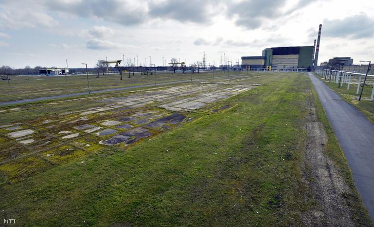 A Paks II. beruházás helyszíne háttérben az atomerőmű 2014. február 24-én.