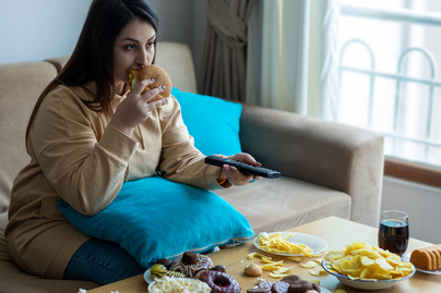 nő eszik elhízott