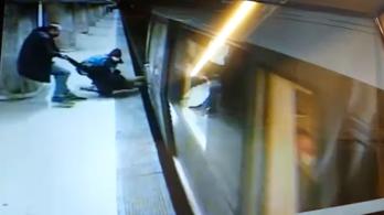 Vérfagyasztó videó: egyetlen másodpercen múlt, hogy nem gázolt halálra egy nőt a metró
