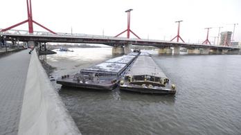 Nekiütközött egy uszály a Rákóczi hídnak