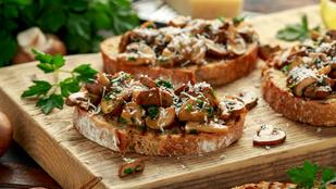 A grillezett sajtokat ezzel a kalóriaszegény gombasalátával szeretjük a legjobban