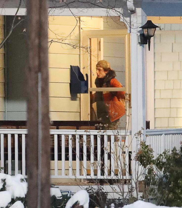 Ebben a jelenetben a szereplők egy autóval megérkeznek egy ház elé, aztán bemennek a házba