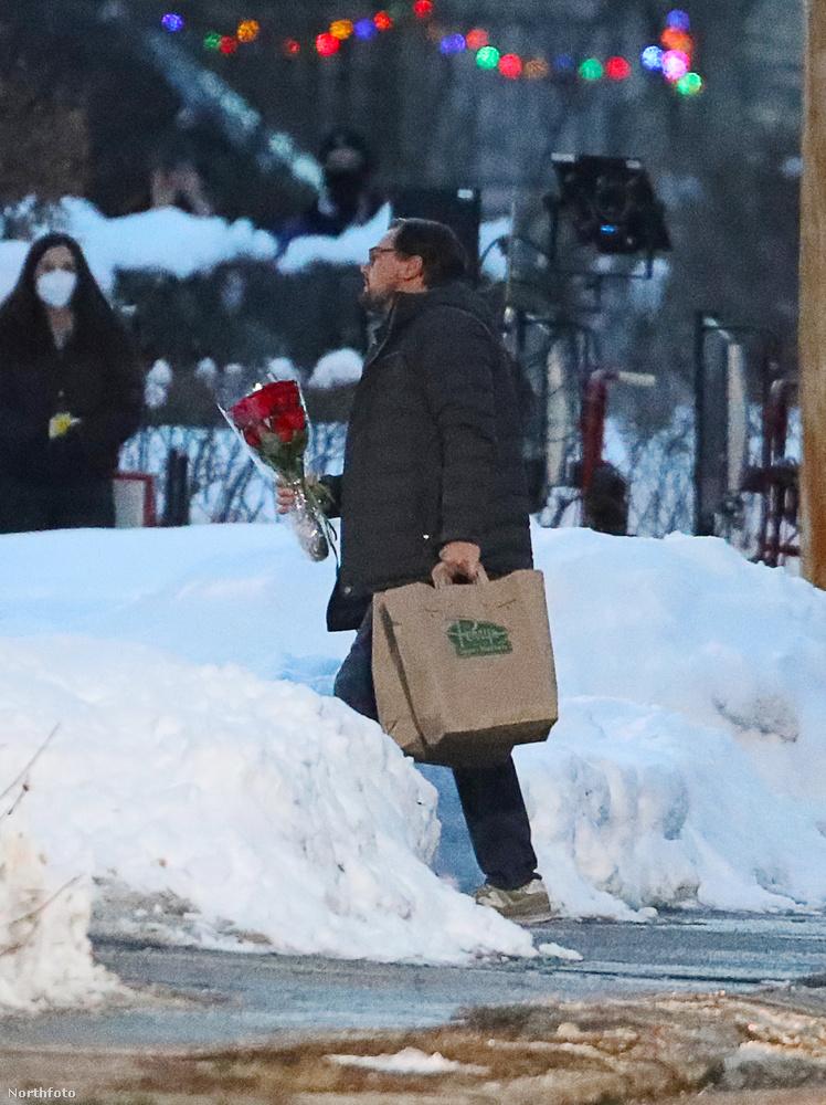 És itt a másik főszereplő, Leonardo DiCaprio egy vörös rózsacsokorral.