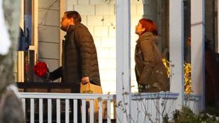 Jennifer Lawrence a sérülés után vörös hajjal és szemüveges DiCaprióval folytatja a forgatást