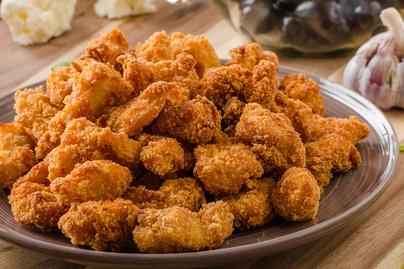 Ropogós, aranybarna bundában sült csirkefalat: az írótól lesz még finomabb