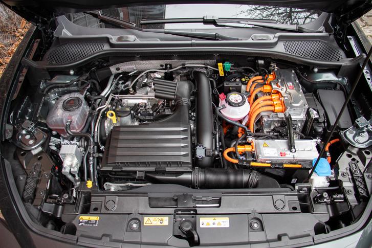 Balra a benzinmotor, jobbra az elektromos hajtáshoz kapcsolódó rendszerek