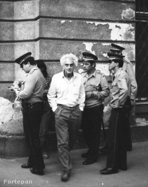Nádor (Münnich Ferenc) utca - Zoltán (Beloiannisz) utca sarok. A rendőrök Krassó Györgyöt és társait igazoltatták. A felvétel a Münnich Ferenc utca visszanevezésekor, 1989. július 14-én készült.