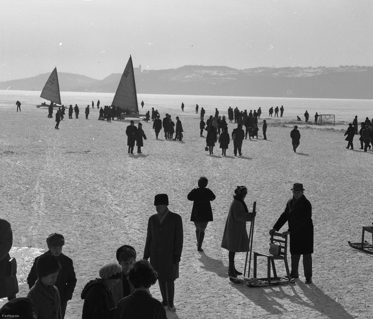 Balatonfüreden 1968 telén komoly társasági élet zajlott a tó jegén.