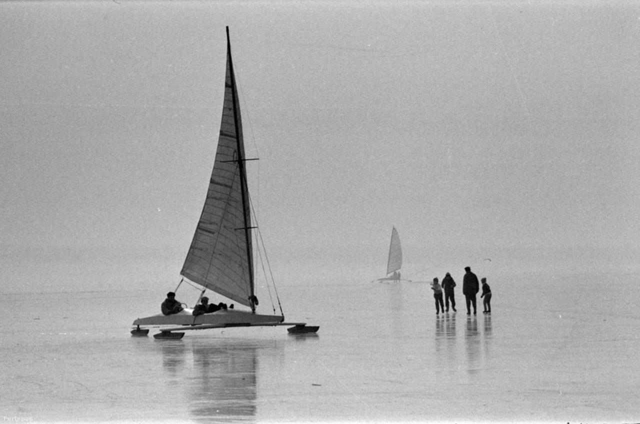 Jégvitorlások a befagyott Balatonon a balatonfüredi hajóállomás közelében 1967-ben.