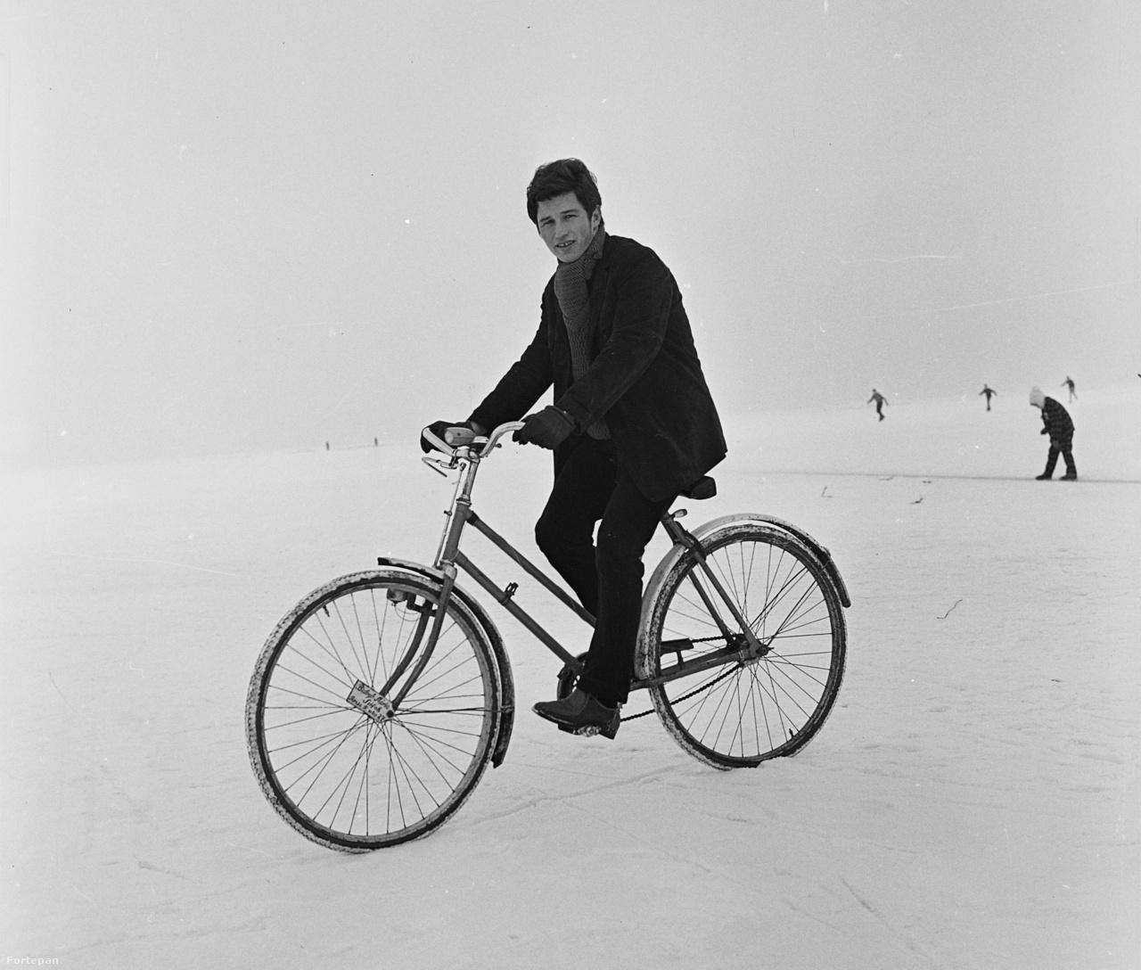 Biciklivel a befagyott Balatonon, Siófokon 1971-ben.