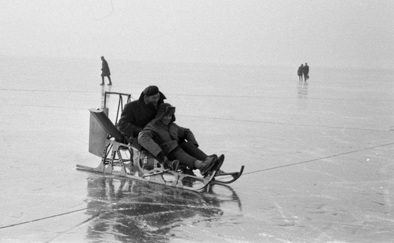 Az első balatoni motoros jégszán Balatonfüreden, 1967-ben, amelyet Csabankó Gyula technikus tervezett és készített.