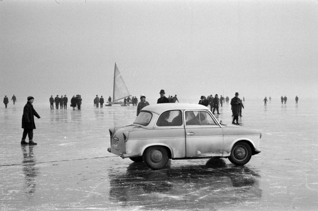 A korcsolyázókat vontató Trabant 500-as típusú személygépkocsi, Balatonföldvárról a befagyott Balatonon érkezett a balatonfüredi hajóállomáshoz 1967-ben.