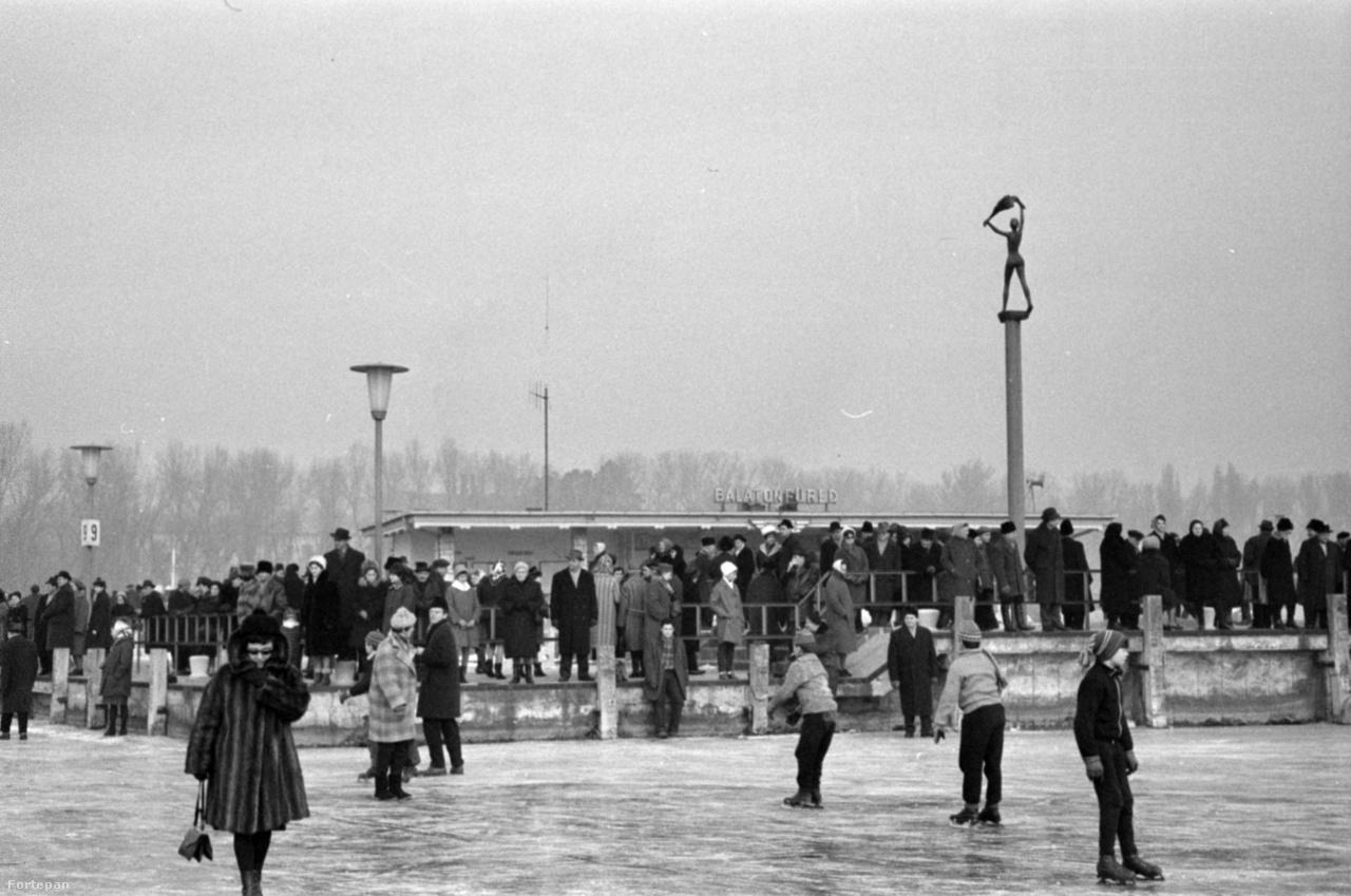 Magyarország,                         Balatonfüred                         korcsolyázók a befagyott Balatonon a hajóállomásnál.