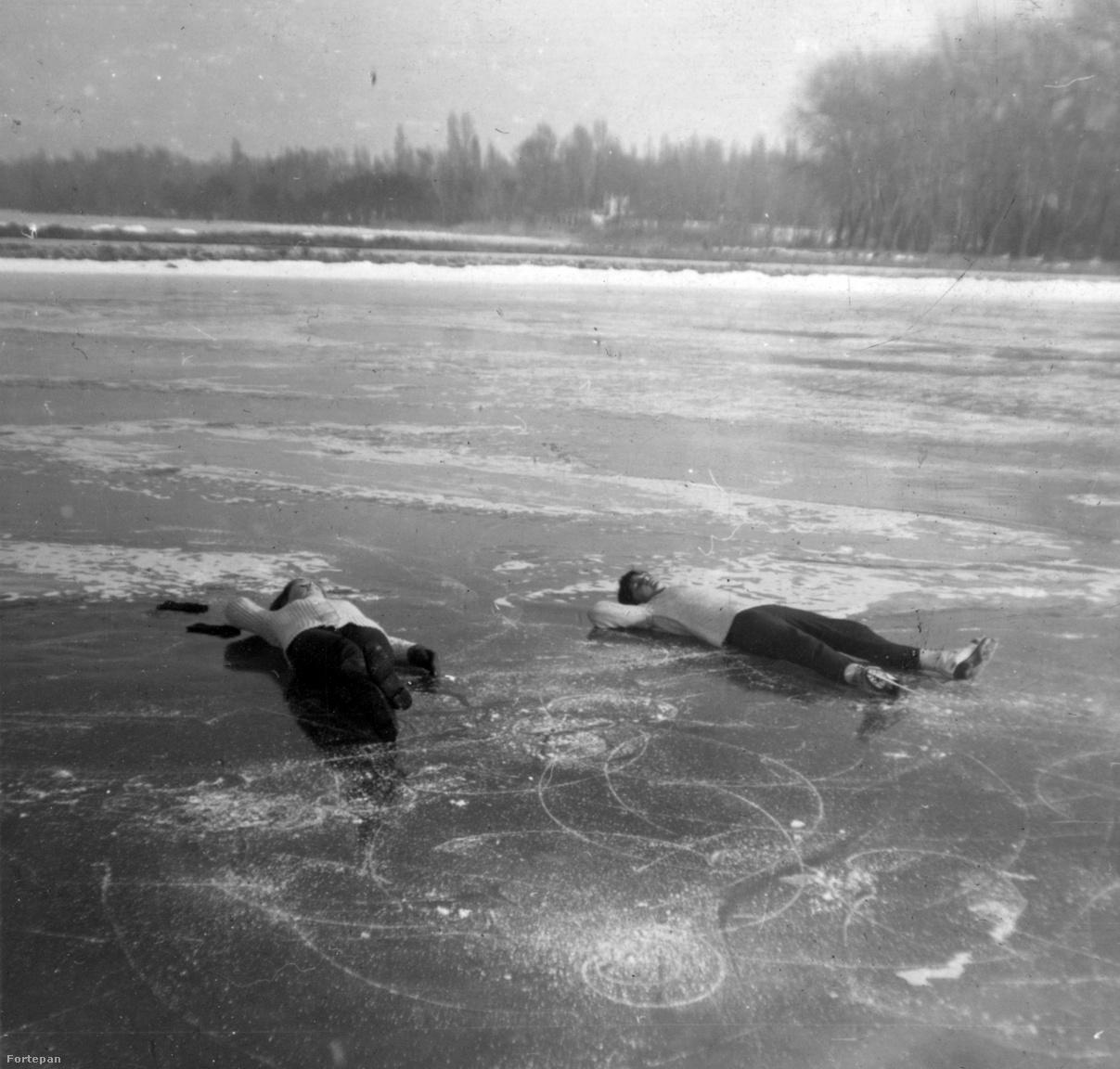 Korcsolyázás után pihennek a Balaton jegén                         a balatonszemesi hajókikötőnél 1966-ban.