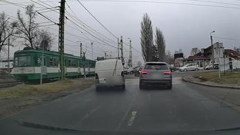 Amikor kiakad a tahóságmérő egy vasúti átjáróban