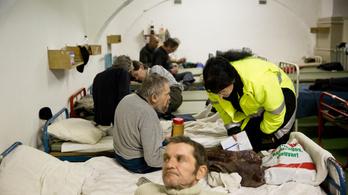 Többen mentek éjjeli menedékhelyre, sokan segítik a hajléktalanokat