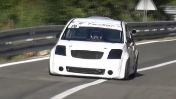Ezzel az apró Citroënnel van egy kis Gixxer