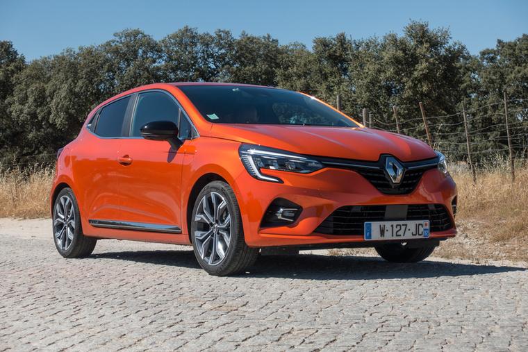 Háromhengeres szívó benzinmotorral, elég vérszegény 65 lóerővel, de 4,4 millió forint körül már megvehető a Renault Clio
