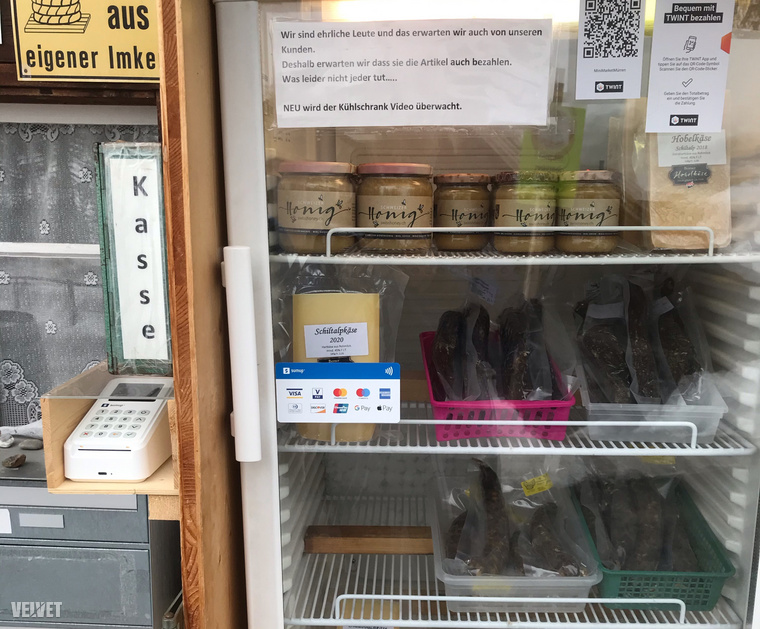 Ki lehet venni a hűtőből, ami megtetszik, aztán az ember vagy bedobja az árát készpénzben a zöld dobozba, vagy kártyával kifizeti. Kattintson a képre nagyobb verzióért!