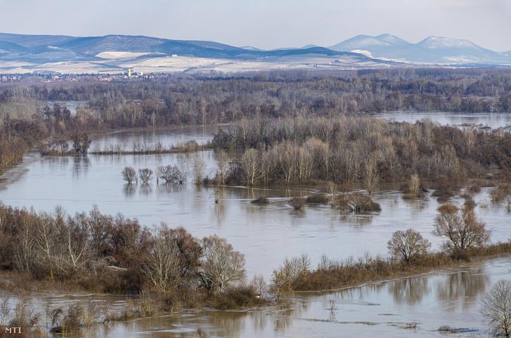 A megáradt Tisza és Bodrog folyók között elöntött Bodrogköz a bodrogkeresztúri kilátóból fotózva 2021. február 13-án.