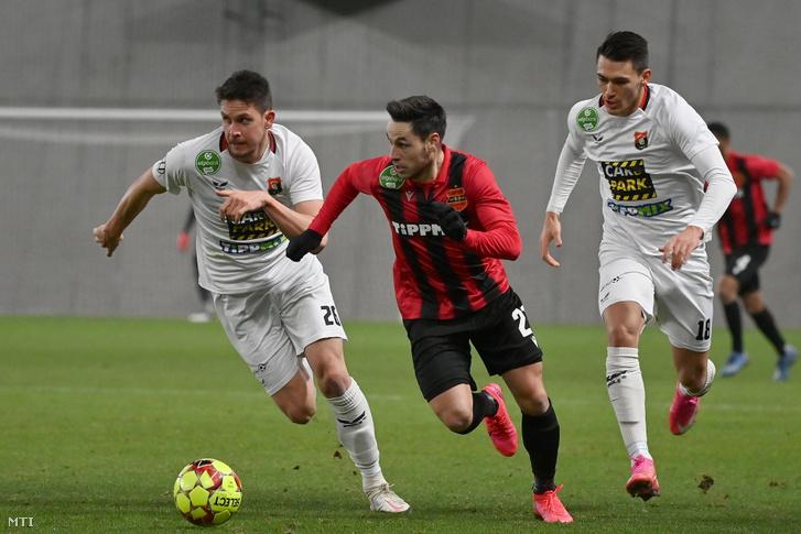 A budafoki Jagodics Márk (b) és Huszti András (j) valamint a kispesti Bõle Lukács a labdarúgó OTP Bank Liga 21. fordulójában játszott Budapest Honvéd-Budafoki MTE mérkõzésen