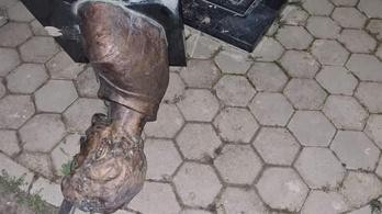 Ledöntötték Petőfi mellszobrát Horvátországban