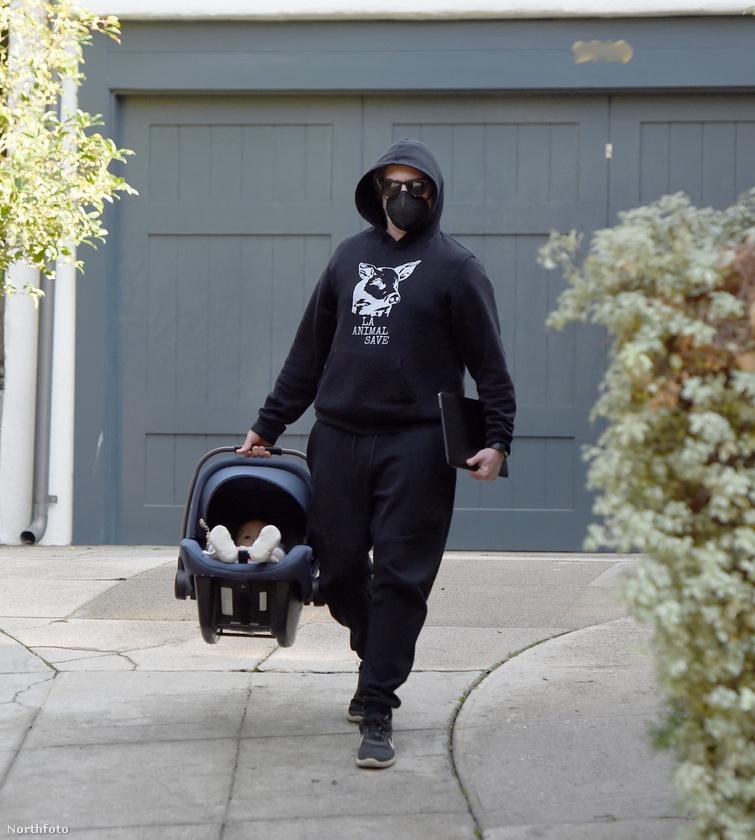 Most sem lehetett teljesen látni a kisbabát, az arcát többnyire kitakarta a lábával, amikor pedig Phoenix észrevette, hogy fotózzák őket, meg is fordította a babahordót, hogy takarja fiát
