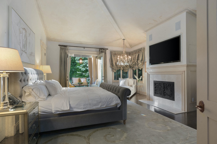 Némi felújítást/átalakítást is végzett a házon, a lapozgatónk képei már azt az állapotot ábrázolják, ahogy Friedman újraformálta az ingatlant