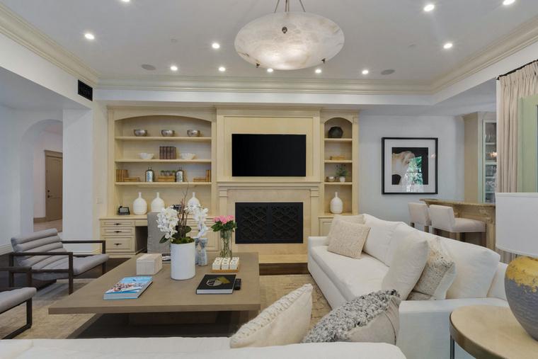A közel 700 négyzetméteres háznak 6 hálója és 6,5 fürdőszobája van, a lakberendezők viszont ódzkodtak a feltűnő színek használatától, az egész házban a fehér és világos pasztellszínek dominálnak