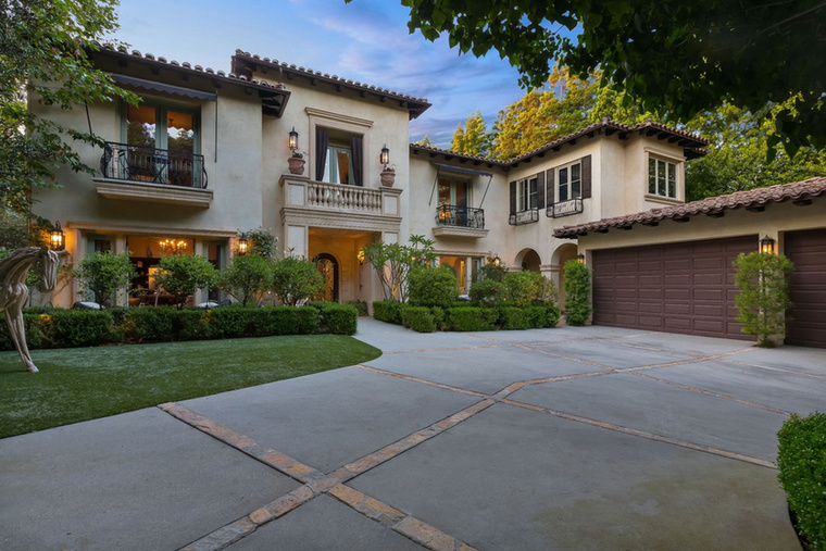 Spears Los Angeles-i, 2007-ben vásárolt otthonát, amit az énekesnő 2012 májusában adott el,  6,1 millió dollárért, vagyis pár forint híján 1,8 milliárd forintért árulják
