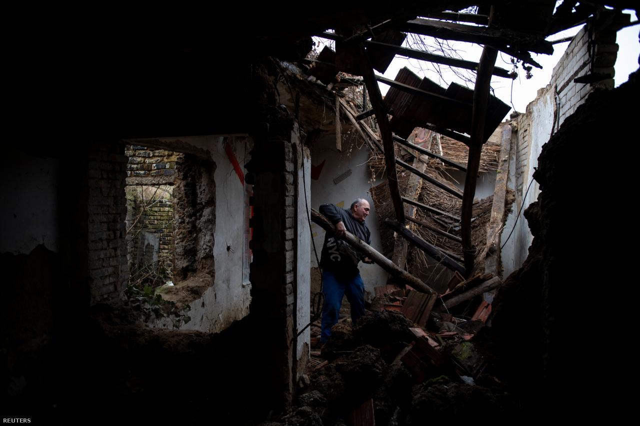 Az elhagyatott házakat is átnézik, hátha találnak még bármit, amivel fűteni lehet.
