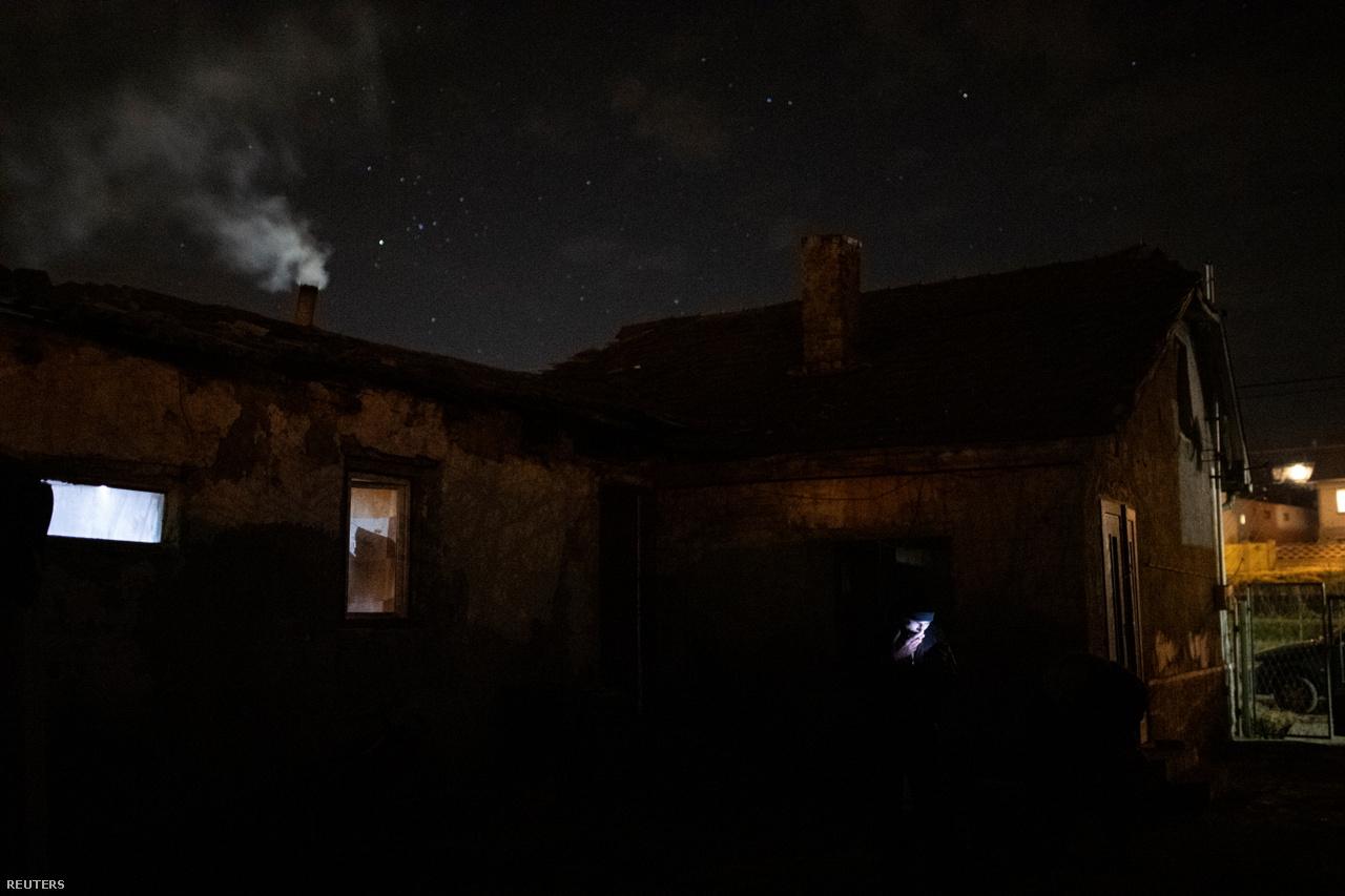 """Éjszakánként szinte mindent a tűzre dobnak, hogy valamennyire fel tudják fűteni az ózdi házukat.                         Berki napközben üzemanyagot nem éget. """"A szomszédok látják, és érezni is lehet"""" – mondta a férfi, hozzátéve, hogy """"gumit, műanyag üveget és minden mást este dobunk a tűzre""""."""