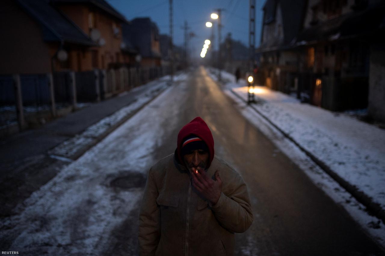 Varga Béla dohányzik Ózdon. A régiót Európában a legszegényebbek között tartják számon: mióta a kommunista korszak nehézipara 30 évvel ezelőtt eltűnt, ezrek váltak munkanélkülivé.