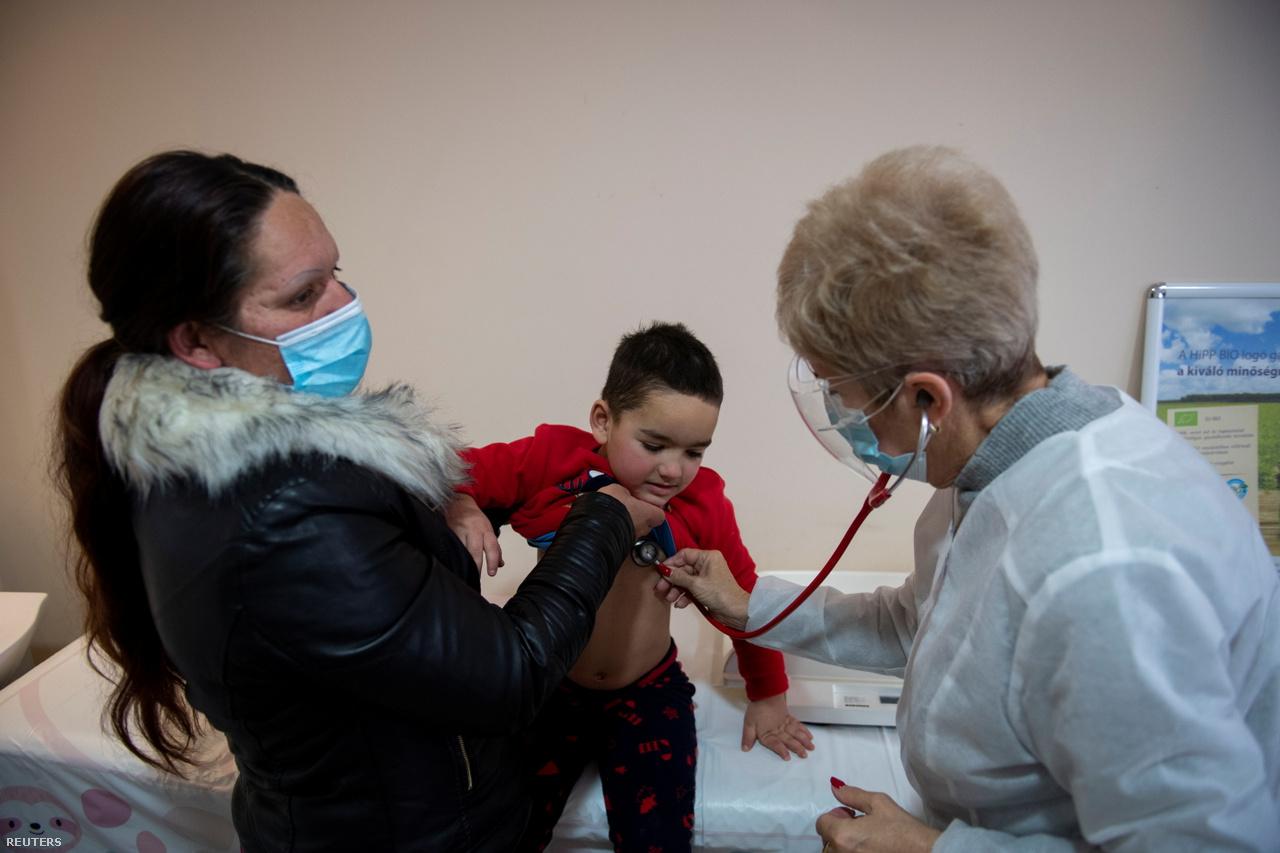 A 4- éves Berki Milán édesanyjával, Horvát Renátával az orvosnál.