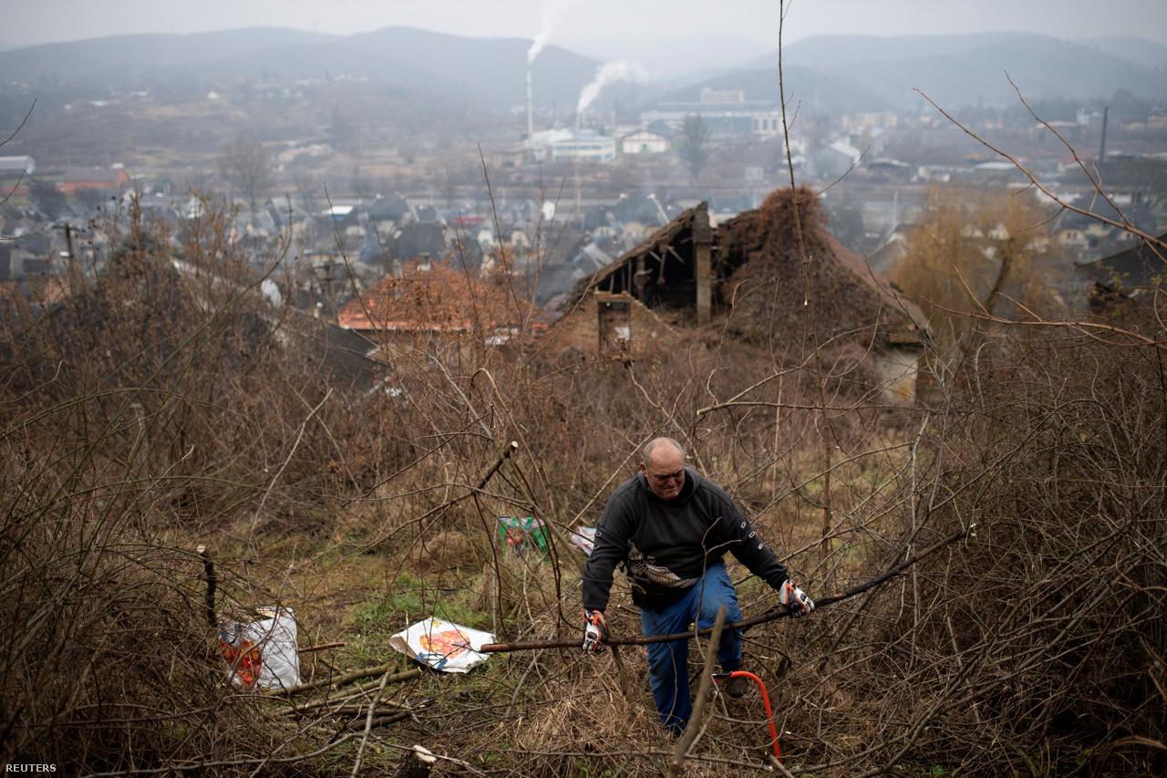 A völgy egyfajta zsákutcát képez, nincs szél, és így amikor a hideg levegő leülepszik, akár hetekig kitart a sűrű szmog. Magyarországon számos ilyen terület van, ezek évente több ezer korai halálhoz járulnak hozzá – állítja az EU Bírósága. A képen idősebb Berki Zoltán keres tüzelnivalót.