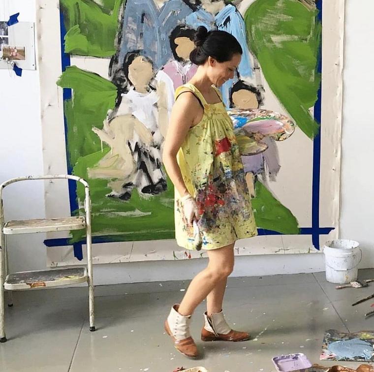 Az 52 éves színésznő is meg szokta osztani a műalkotásait az Instagramján - esetenként őt magát is lehet látni festés közben, mint itt.