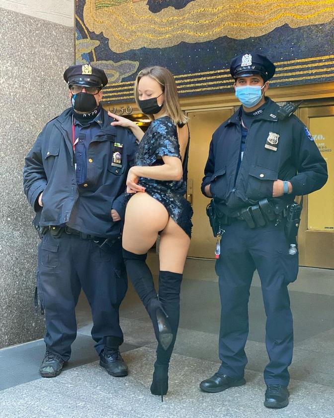 Ennek a stratégiának a részeként pózolt két rendőr mellett is New Yorkban.