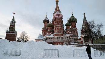 Nyolcvanezren takarítják a havat Moszkvában