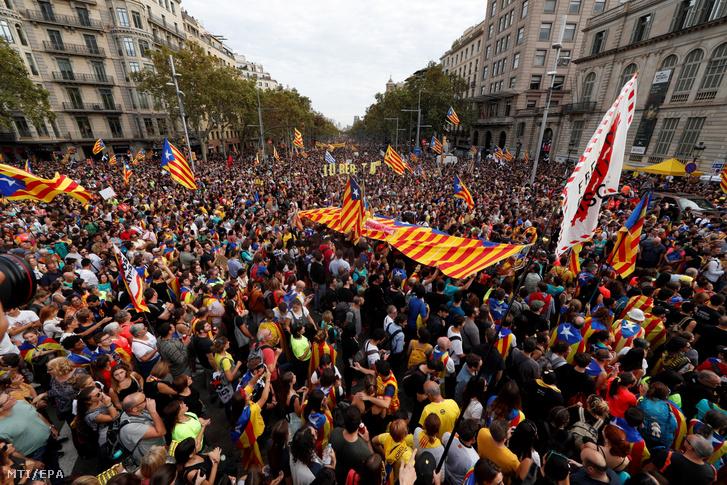 Függetlenségi vezetők börtönbüntetése miatt tiltakozó tüntetők Barcelonában 2019. október 18-án, a demonstrációk ötödik napján, amikor a függetlenségpártiak egynapos általános sztrájkot tartanak Katalóniában. A spanyol legfelsőbb bíróság kilenc katalán függetlenségi vezetőt zendülés miatt 9 és 13 év közötti börtönbüntetésre ítélt