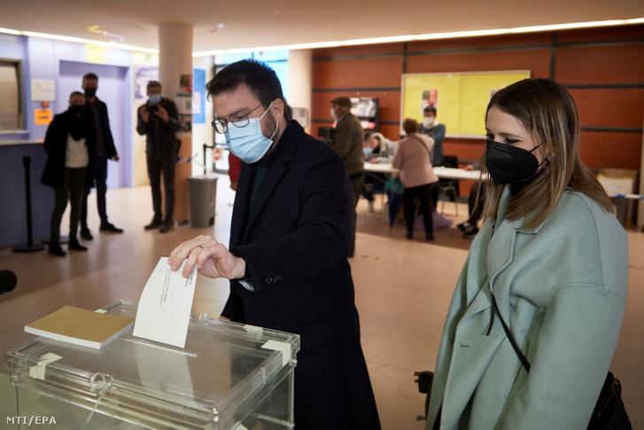 Pere Aragonès, a jelenleg kormányzó függetlenségi Katalán Köztárasági Baloldal (ECR) elnökjelöltje leadja voksát Pineda de Marban, 2021. február 14-én