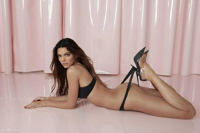 Itt már egy másik fehérneműben pózol Jenner, az előbbieknél sokkal kihívóbb pózban