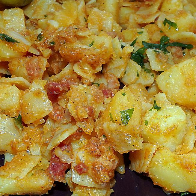 Tartalmas krumplis tészta felturbózva: pirított baconkockák is kerülnek bele